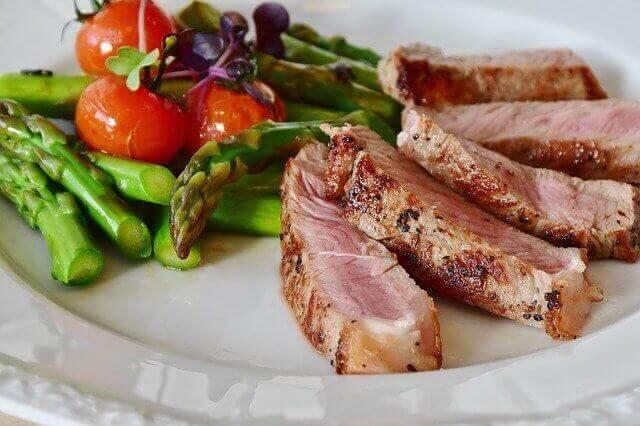 vitello con asparagi freschi